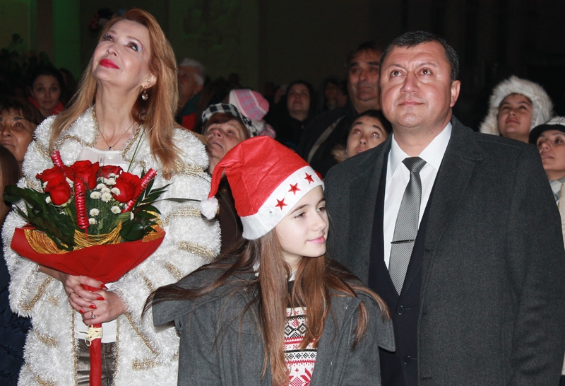 IСветлините на коледната елха в Павликени запалиха кметът инж.Емануил Манолов и Росица Кирилова